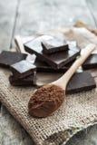 Poudre de cacao et chocolat de noir Photos stock