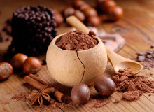 Poudre de cacao sur la table Photographie stock libre de droits