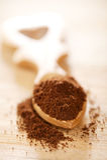 Poudre de cafè moulu dans la cuillère en bois de forme de coeur images stock