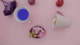 Poudre de café, de croissant et de cacao sur la table clips vidéos
