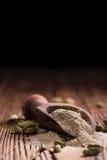 Poudre de Cardamon sur le bois Photo stock