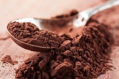 Poudre de cacao sur une cuillère Images libres de droits