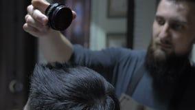Poudre de coiffeur sur un ` s d'homme clips vidéos