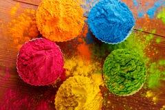 Poudre de couleur de Holi Couleurs organiques de Gulal dans la cuvette pour le festival de Holi, tradition indoue de fête photos stock