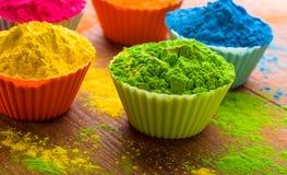 Poudre de couleur de Holi Couleurs organiques de Gulal dans la cuvette pour le festival de Holi, tradition indoue de fête images libres de droits