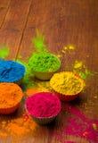 Poudre de couleur de Holi Couleurs organiques de Gulal dans la cuvette pour le festival de Holi, tradition indoue de fête images stock