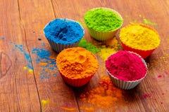 Poudre de couleur de Holi Couleurs organiques de Gulal dans la cuvette pour le festival de Holi, tradition indoue de fête photographie stock libre de droits