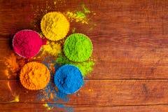Poudre de couleur de Holi Couleurs organiques de Gulal dans la cuvette pour le festival de Holi, tradition indoue de fête photo libre de droits