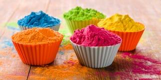 Poudre de couleur de Holi Couleurs organiques de Gulal dans la cuvette pour le festival de Holi, tradition indoue de fête image stock
