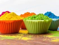 Poudre de couleur de Holi Couleurs organiques de Gulal dans la cuvette pour le festival de Holi, tradition indoue de fête photographie stock