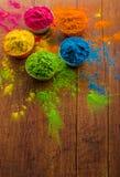 Poudre de couleur de Holi Couleurs organiques de Gulal dans la cuvette pour le festival de Holi, tradition indoue de fête photos libres de droits