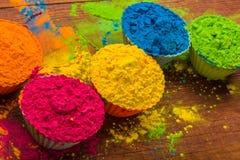 Poudre de couleur de Holi Couleurs organiques de Gulal dans la cuvette pour le festival de Holi, tradition indoue de fête photo stock