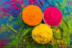 Poudre de couleur de Holi Couleurs organiques de Gulal dans la cuvette pour le festival de Holi, tradition indoue de fête Plan ra photo libre de droits