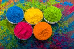 Poudre de couleur de Holi Couleurs organiques de Gulal dans la cuvette pour le festival de Holi, tradition indoue de fête Plan ra image libre de droits