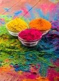 Poudre de couleur de Holi Couleurs organiques de Gulal dans la cuvette pour le festival de Holi, tradition indoue de fête Plan ra photos libres de droits