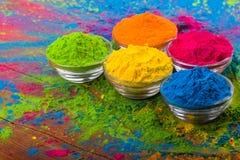 Poudre de couleur de Holi Couleurs organiques de Gulal dans la cuvette pour le festival de Holi, tradition indoue de fête Plan ra images libres de droits
