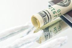 Poudre de drogue de cocaïne et roulé vers le haut du billet d'un dollar des Etats-Unis pour le reniflement Images libres de droits