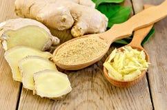 Poudre de gingembre et râpé dans la cuillère avec la racine et les feuilles Images stock