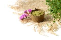 Poudre de henné pour le mehendi de teinture de cheveux et de sourcils et de dessin sur des mains, avec les feuilles vertes, les  images stock