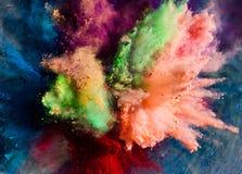 Poudre de Holi éclaboussant dans le ciel photo libre de droits
