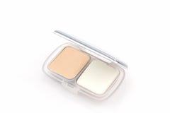 Poudre de maquillage dans la caisse blanche Image stock