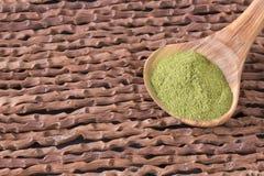 Poudre de Moringa dans la cuillère en bois - moringa oleifera Photo libre de droits