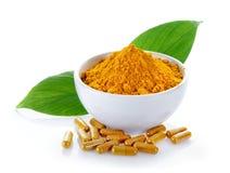 Poudre de safran des indes et capsules de safran des indes sur le fond blanc image stock