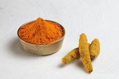 Poudre de safran des indes et safran des indes entier Photo stock