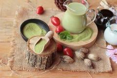 Poudre de thé vert de Matcha et de thé vert image stock