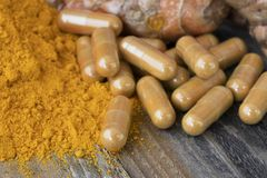 Poudre et capsules de safran des indes photos stock