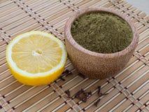 Poudre et citron de henné Photo stock