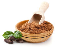 Poudre et haricots de cacao avec les feuilles vertes Photographie stock