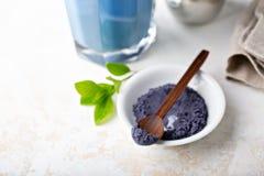Poudre et latte bleus de matcha en verre grand images stock