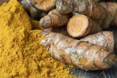 Poudre et racines de safran des indes images stock
