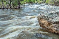 Poudre flod på våren som körs av Arkivfoton