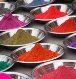 Poudres colorées au marché photo libre de droits