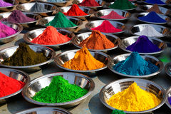 Poudres colorées de tika sur le marché d'Orcha, Inde Photo stock