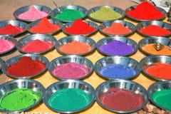 Poudres colorées de tika sur le marché indien Image libre de droits