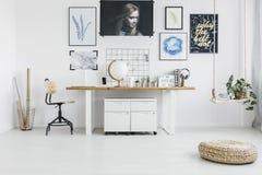 Pouf dans l'intérieur blanc d'espace de travail Images stock
