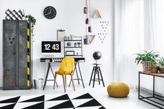 Pouf jaune dans l'espace de travail de concepteur Photographie stock libre de droits