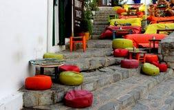 Pouffes i kolorowe poduszki nad perron w malowniczej ulicie zdjęcie royalty free