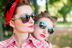 Poule-partie de rockabilly en parc Photos stock