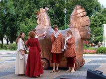 Poule sur des roues, Lublin, Pologne Photographie stock libre de droits