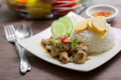 Poulet épicé avec du riz et l'oeuf au plat coupé en tranches de petit pain Images libres de droits
