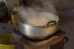 Poulet épicé de soupe dans la cuvette chaude Image libre de droits