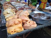 Poulet au marché de nourriture fraîche Image stock
