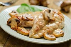 Poulet avec du vin blanc et des champignons de couche Photo libre de droits
