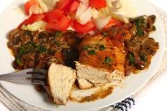 Poulet avec la sauce aux champignons et la salade image stock