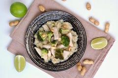 Poulet avec le brocoli, le limet et l'arachide Photo libre de droits