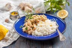 Poulet avec le citron, le cari, le gingembre et le riz Cuisine orientale, indienne, asiatique Photos libres de droits